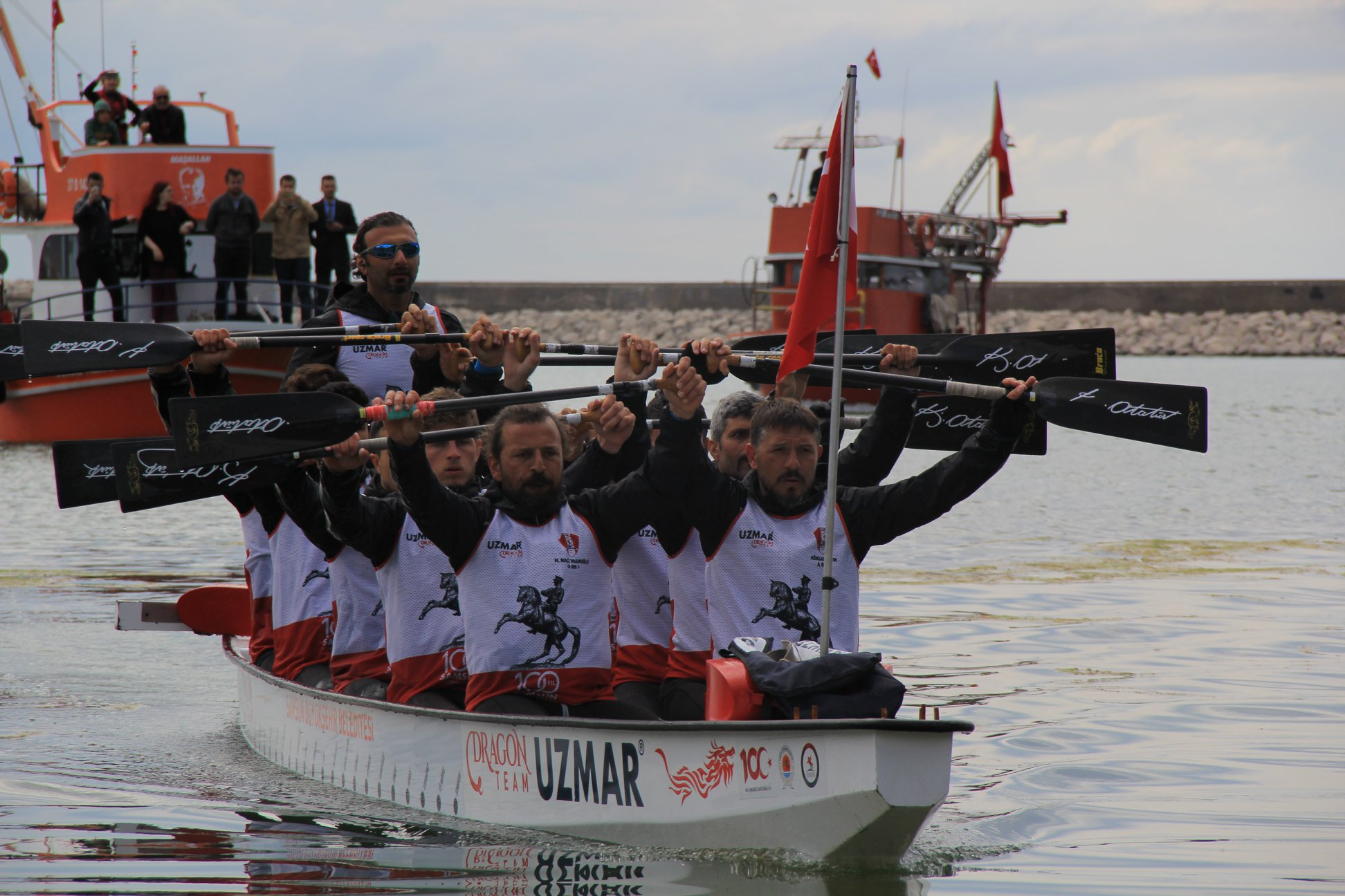 Türk bayrağını deniz yoluyla Samsun'a taşıyan Dragon Botu, Cide'de Coşkuyla Karşılandı
